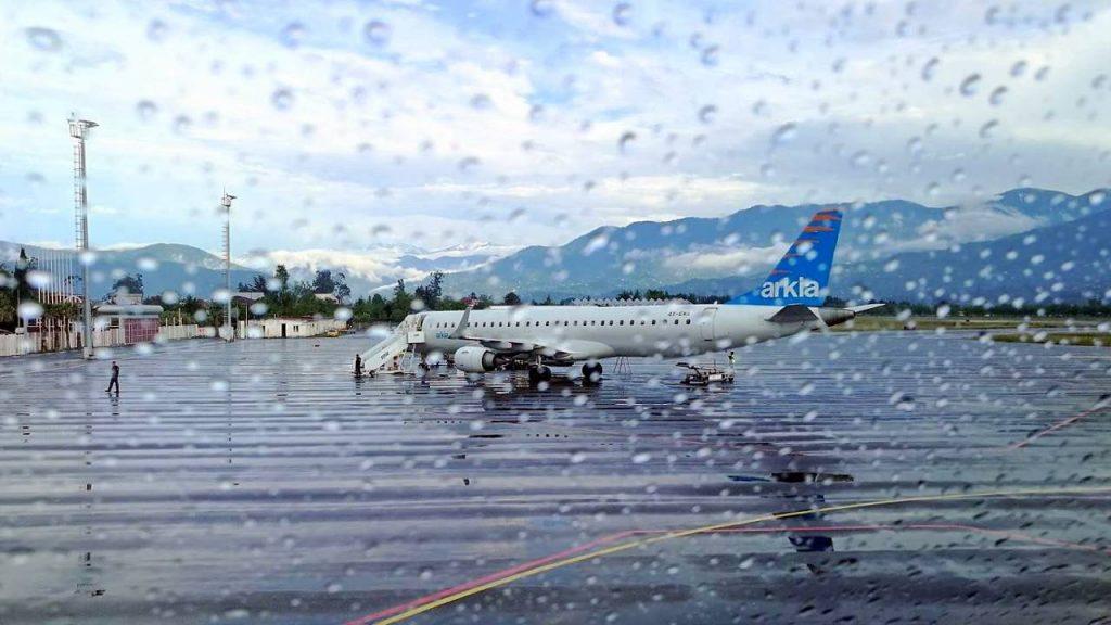Вид с аэропорта на взлетно-посадочную полосу, Международный аэропорт Батуми, Грузия