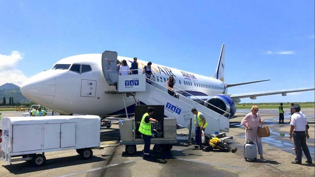 Проход на борт самолета и погрузка багажа, Международный аэропорт Батуми, Грузия