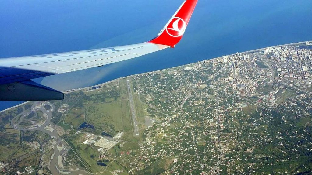 Вид на территорию аэропорта с самолета, Международный аэропорт Батуми, Грузия