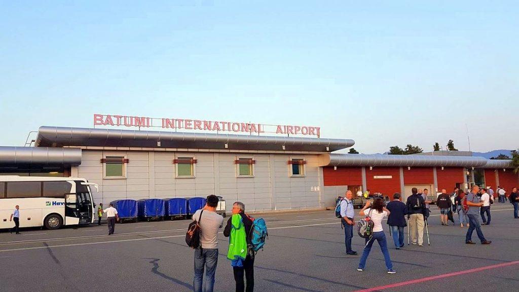 Пересечение взлетной полосы для входа в здание аэропорта по прилету, Международный аэропорт Батуми, Грузия