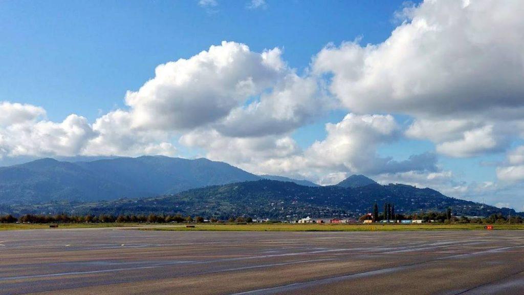 Вид на горы со взлетно-посадочной полосы, Международный аэропорт Батуми, Грузия