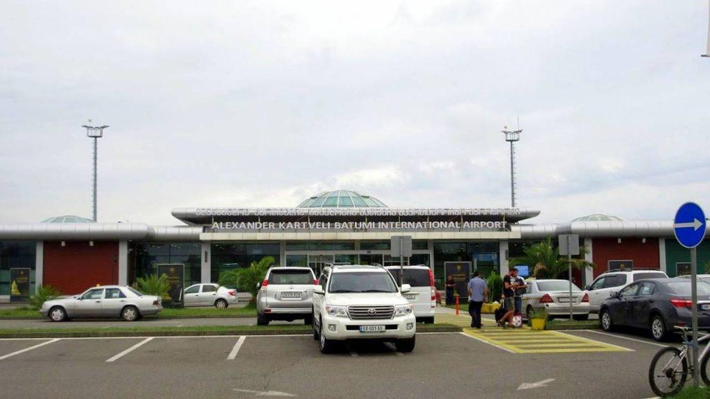 Автостоянка перед терминалом аэропорта, Международный аэропорт Батуми, Грузия