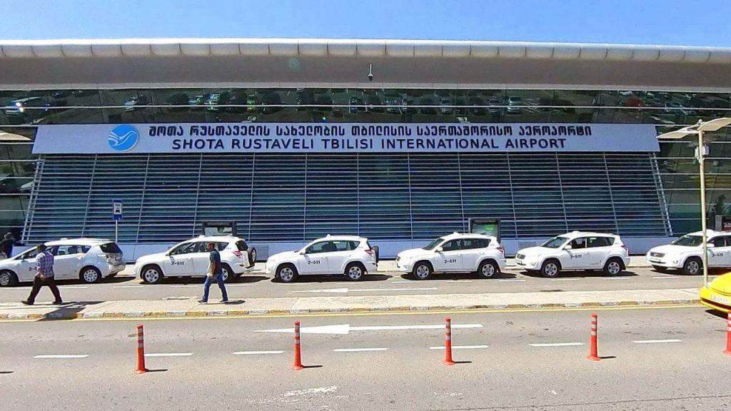 Стоянка такси и автобусов сразу возле терминала аэропорта, Аэропорт Тбилиси, Грузия