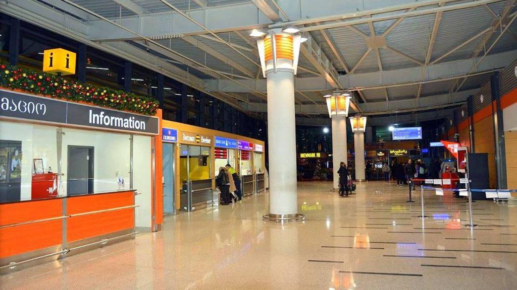 Информационные стойки в холле терминала аэропорта Тбилиси, Аэропорт Тбилиси, Грузия