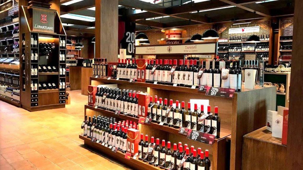 Магазин элитного алкоголя в зоне Duty free, Аэропорт Тбилиси, Грузия