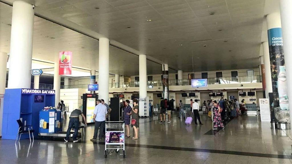 Стойка упаковки багажа в аэропорту Тбилиси, Аэропорт Тбилиси, Грузия