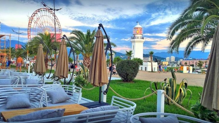 Вид с ресторана Port Odessa на набереждную, пляжи Батуми, Грузия,