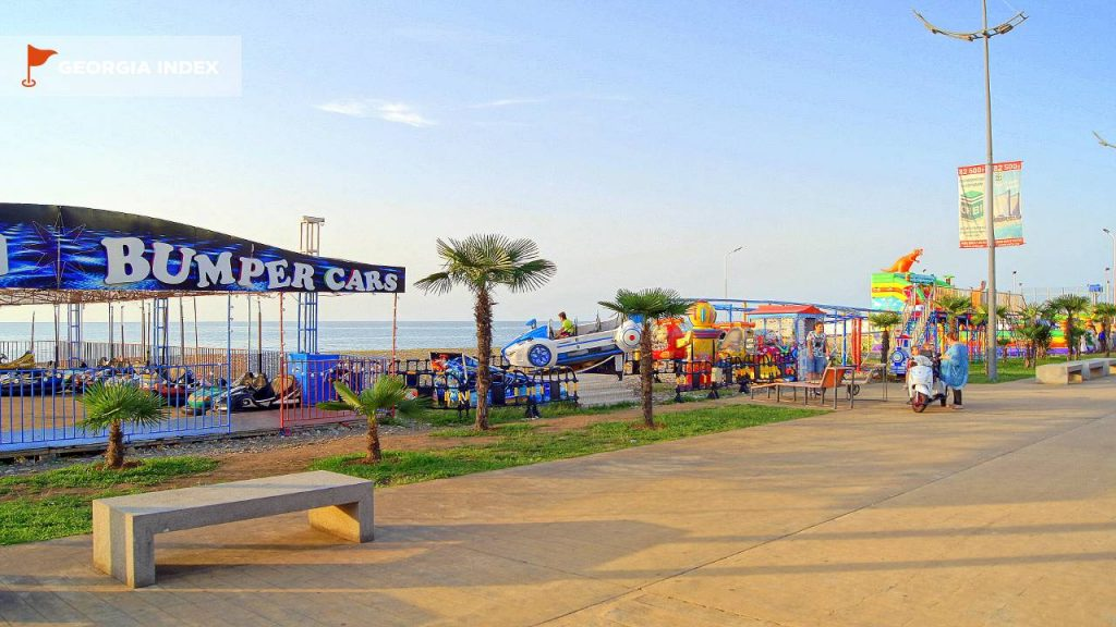 Парк аттракционов для детей возле озера Ардагани, пляжи Батуми, Грузия,