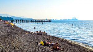 Чистая вода Черного моря в Батуми, городской пляж, Батуми, Грузия