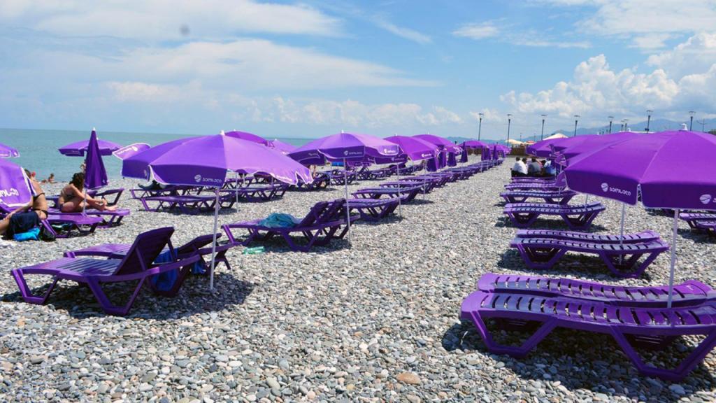 Платные шезлонги на городском пляже, городской пляж, Батуми, Грузия