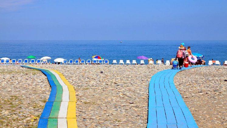 Дорожки для удобства передвижения по пляжу, городской пляж, Батуми, Грузия