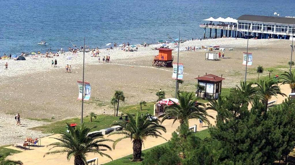 Вышки спасателей, раздевалки и душевые на городском пляже Батуми, городской пляж, Батуми, Грузия