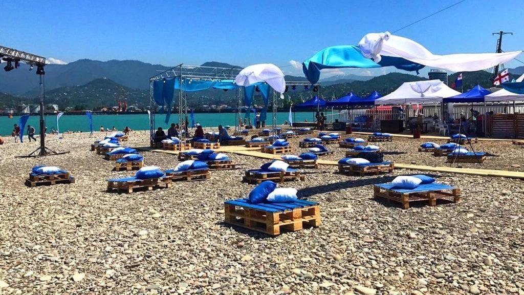 Сидушки с подушками для отдыха на пляже в Батуми, городской пляж, Батуми, Грузия