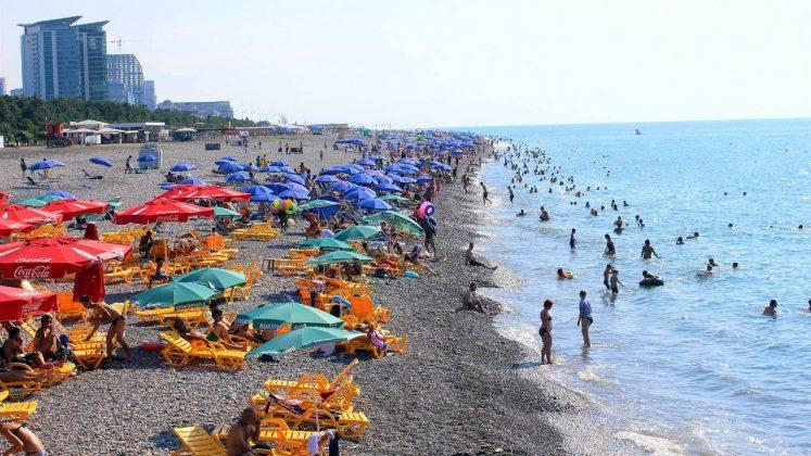 Загруженность городского пляжа летом, городской пляж, Батуми, Грузия