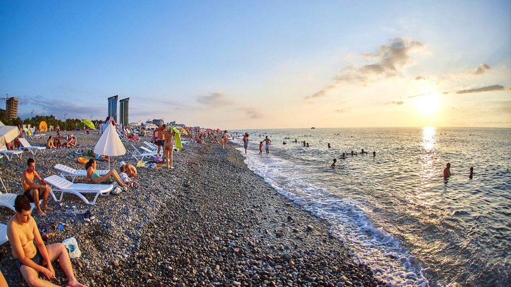 Длинная береговая линия городского пляжа, городской пляж, Батуми, Грузия