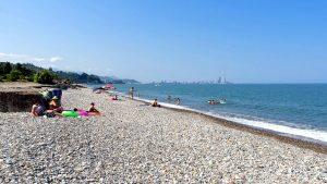Дикая часть городского пляжа на окраине города, городской пляж, Батуми, Грузия