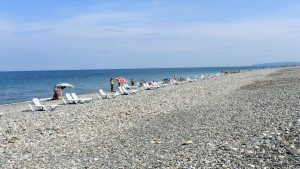 Широкое побережье пляжа в центральной части Батуми, городской пляж, Батуми, Грузия
