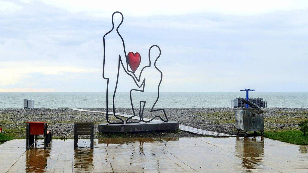 Кованные скульптуры вдоль набережной пляжа в Батуми, городской пляж, Батуми, Грузия