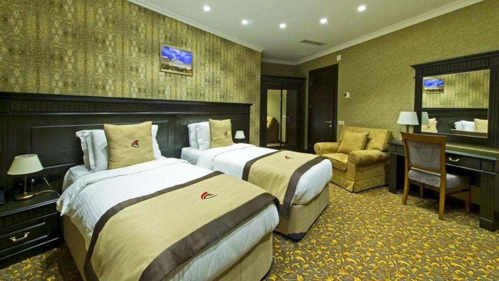 Спальня с раздельными кроватями номера Executive Suite, Colosseum Marina Hotel, Батуми, Грузия