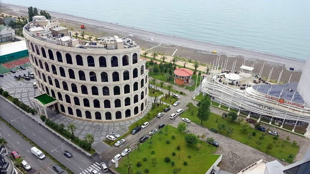 Вид на отель и пляж перед ним сверху, Colosseum Marina Hotel, Батуми, Грузия