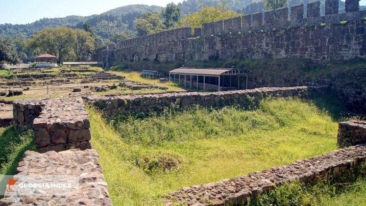 Раскопки фундамента зданий внутри крепости, Крепость Гонио, Грузия