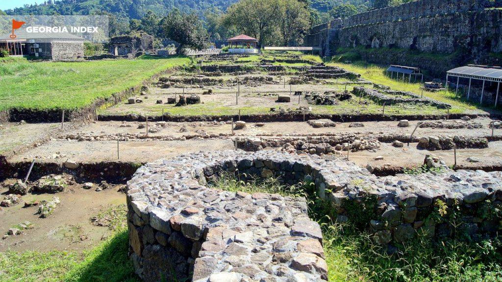 Фундамент и развалины древних стен, Крепость Гонио, Грузия