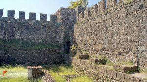 Лестница, ведущая на стену крепости, Крепость Гонио, Грузия