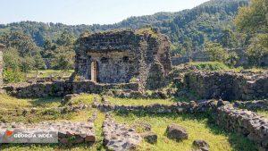 Развалины зданий внутри крепости Гонио, Крепость Гонио, Грузия