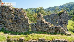 Древние стены внутри крепости, Крепость Гонио, Грузия