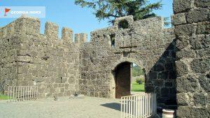 Одни из ворот для входа в крепость, Крепость Гонио, Грузия