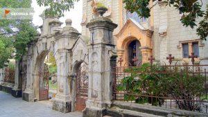 Старинные ворота для входа в храм, старый город Батуми, Грузия