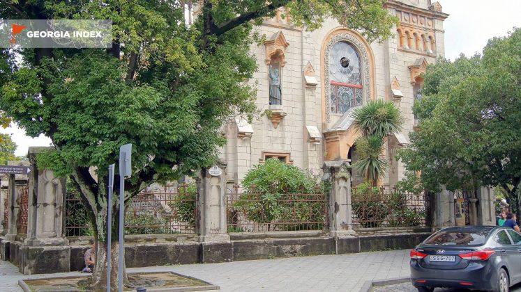 Витражи в окнах собора, старый город Батуми, Грузия