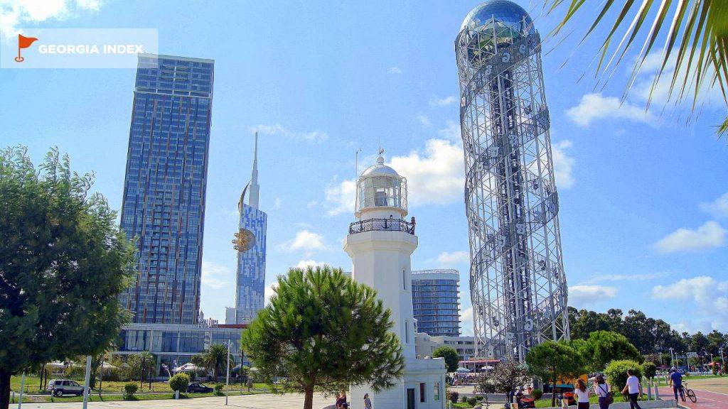 Общий вид на башню с набережной, парк чудес Батуми, Грузия
