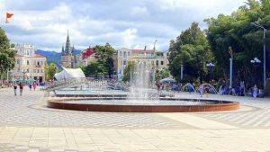 Общий вид фонтанов на Приморском бульваре, поющие фонтаны, Батуми, Грузия