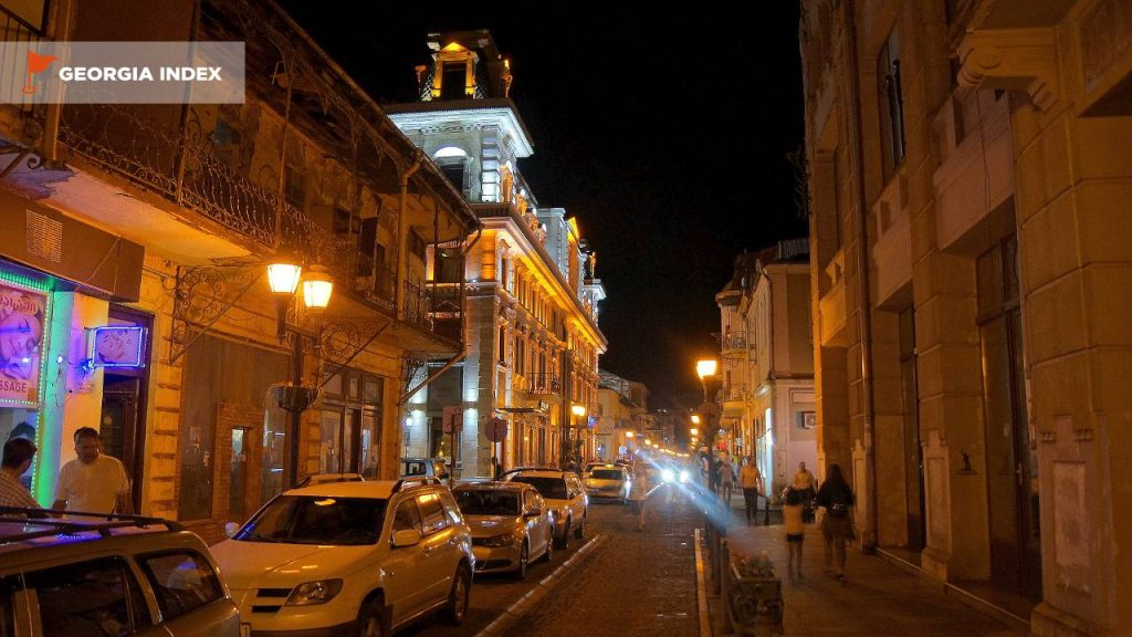 Ночной вид старой части города, старый город Батуми, Грузия