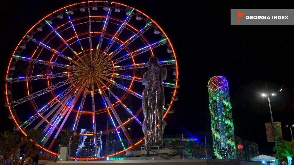 Ночной вид на достопримечательности парка чудес, парк чудес Батуми, Грузия