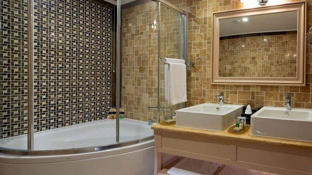 Ванная номеров Superior Room и Deluxe Room, Отель Divan Suites Batumi, Батуми, Грузия