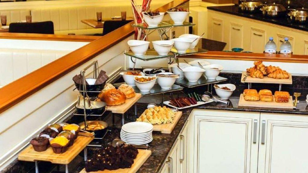 Хлебобулочные изделия шведского стола ресторана отеля, Отель Divan Suites Batumi, Батуми, Грузия