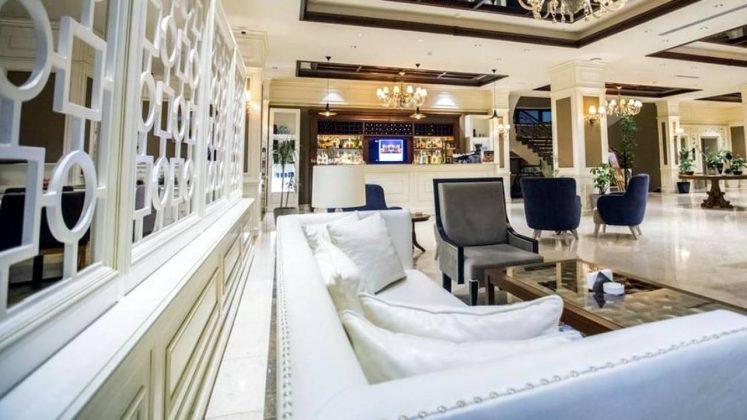 Мягкие диваны в холле отеля, Отель Divan Suites Batumi, Батуми, Грузия