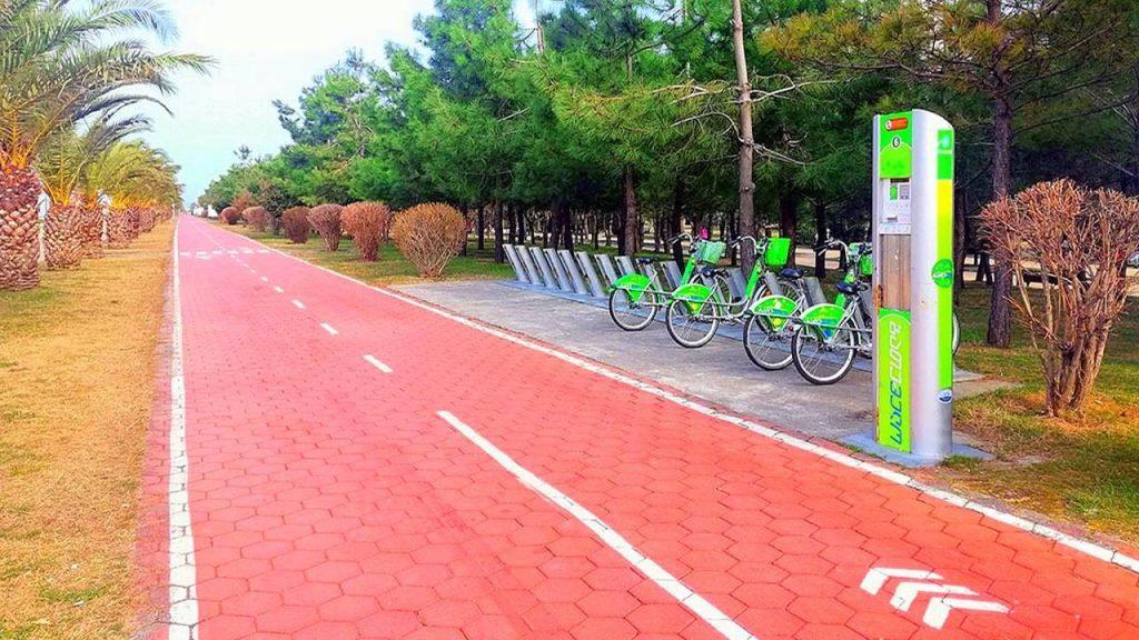 Прокат велосипедов и велодорожки, набережная Батуми, Грузия