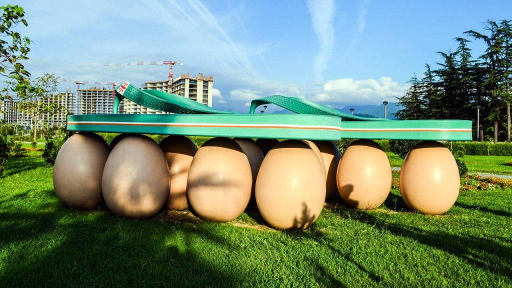 """Скульптура """"Сланцы на яйцах"""", набережная Батуми, Грузия"""