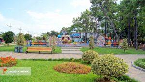 Игровая площадка для отдыха с детьми, набережная Батуми, Грузия