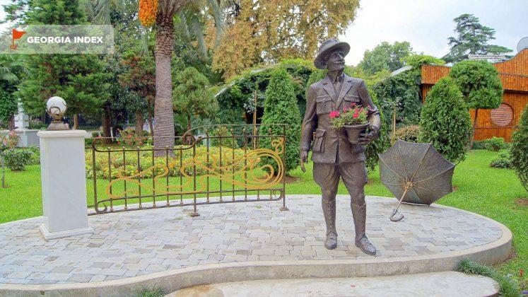 Памятник садоводу Гордезиани, набережная Батуми, Грузия