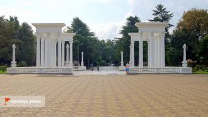 Колоннада из двух секций, набережная Батуми, Грузия