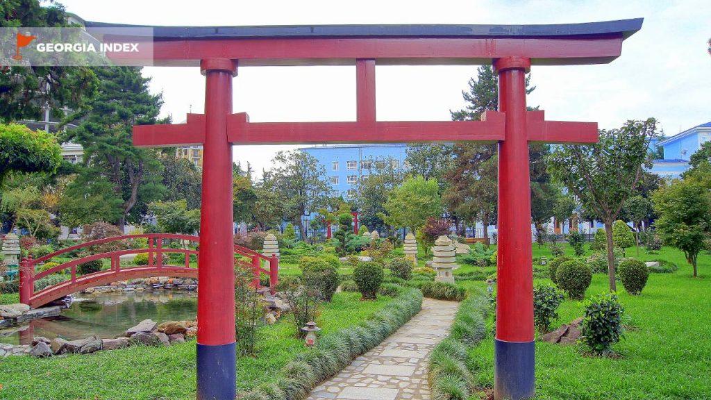 Небольшой сад Приморского парка, набережная Батуми, Грузия