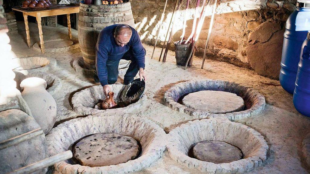 Закованные кувшины квери для поддержания температуры, Грузинское вино, Грузия