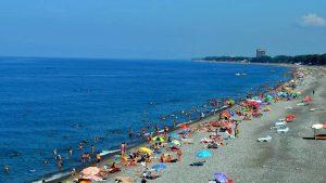 Длинный галечный пляж Кобулети, Грузия