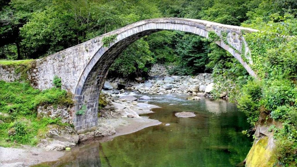 Арочный мост Тамари в парке Кинтриши, Кобулети, Грузия