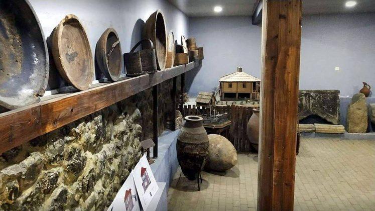 Древние глиняные сосуды в краеведческому музее Кобулети, Кобулети, Грузия