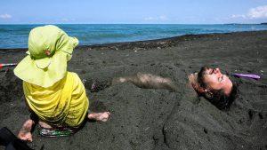 Пляж с черным магнитным песком в поселке Уреки, Кобулети, Грузия